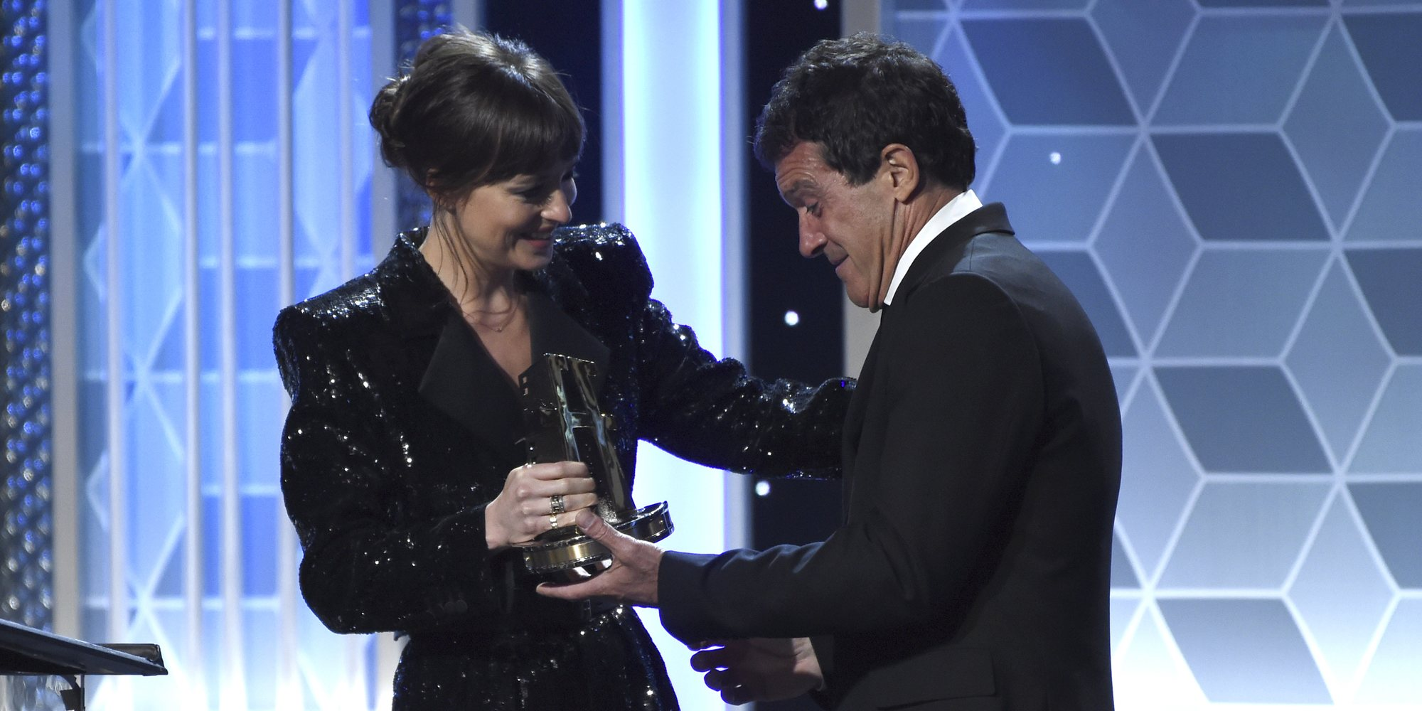 Dakota Johnson entrega un premio a Antonio Banderas en la gala Hollywood Film Awards 2019