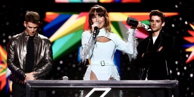 La timidez de Aitana Ocaña al recibir un premio de Los 40 Music Awards de manos de Miguel Bernardeau