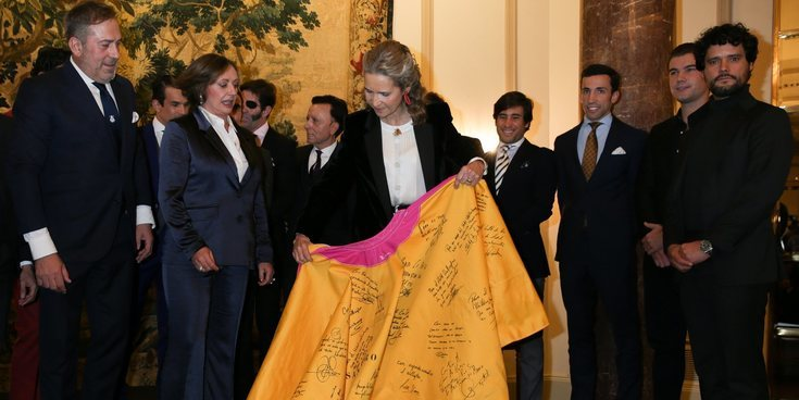 La Infanta Elena recibe un homenaje del mundo del toreo mientras Gonzalo Caballero se recupera