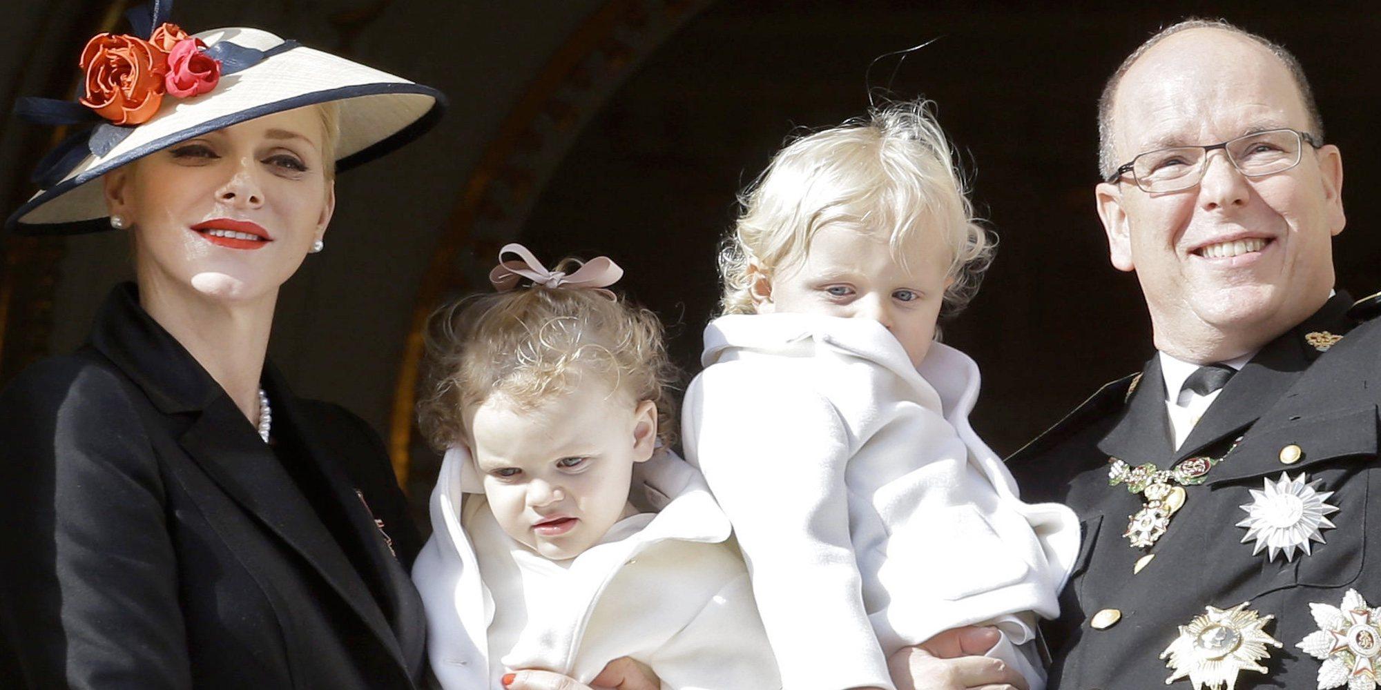 La foto solidaria de familia de Alberto y Charlene de Mónaco con sus hijos Jacques y Gabriella