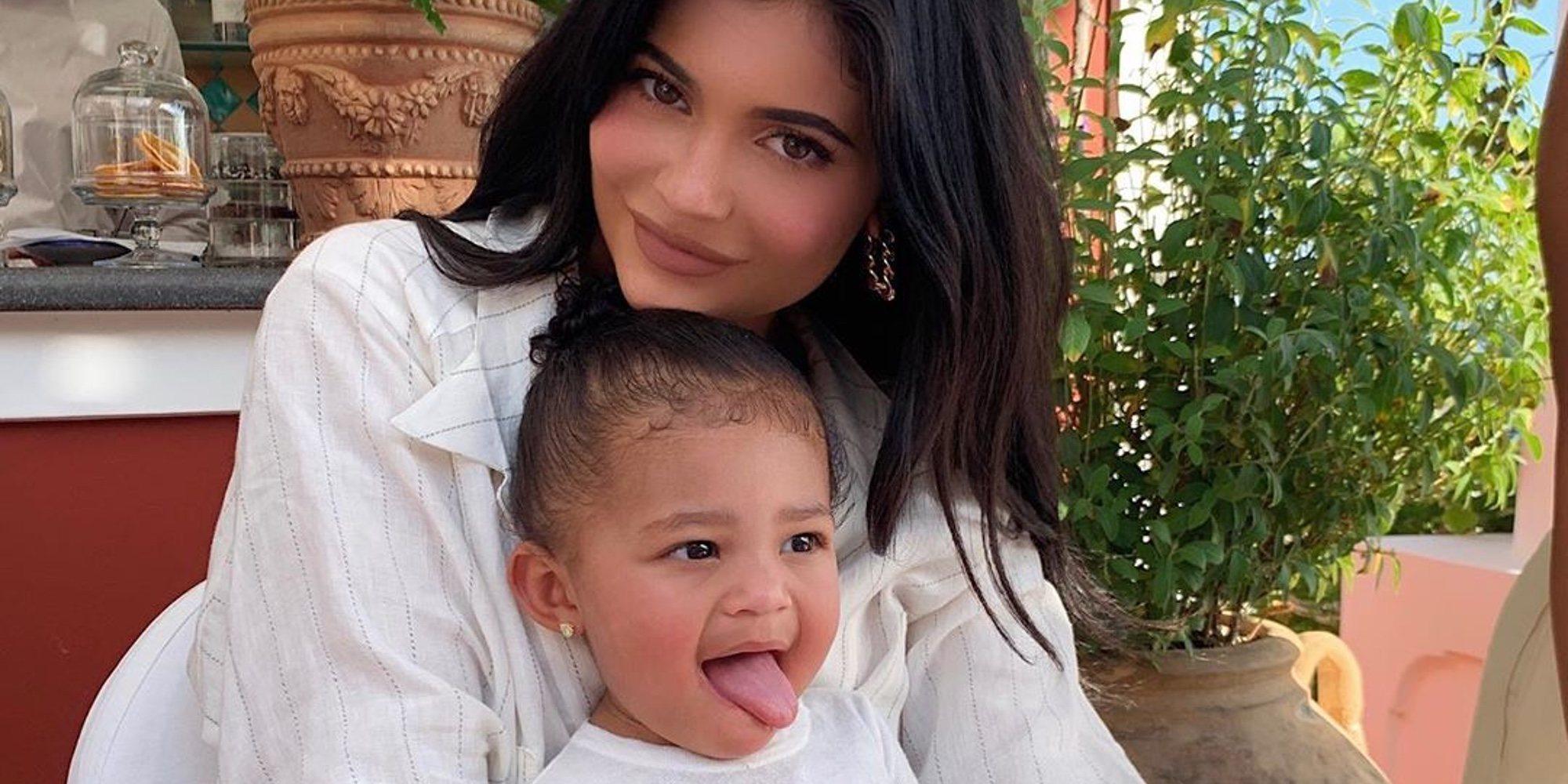 Kylie Jenner muestra orgullosa cómo su hija Stormi ha aprendido a hacer snowboard