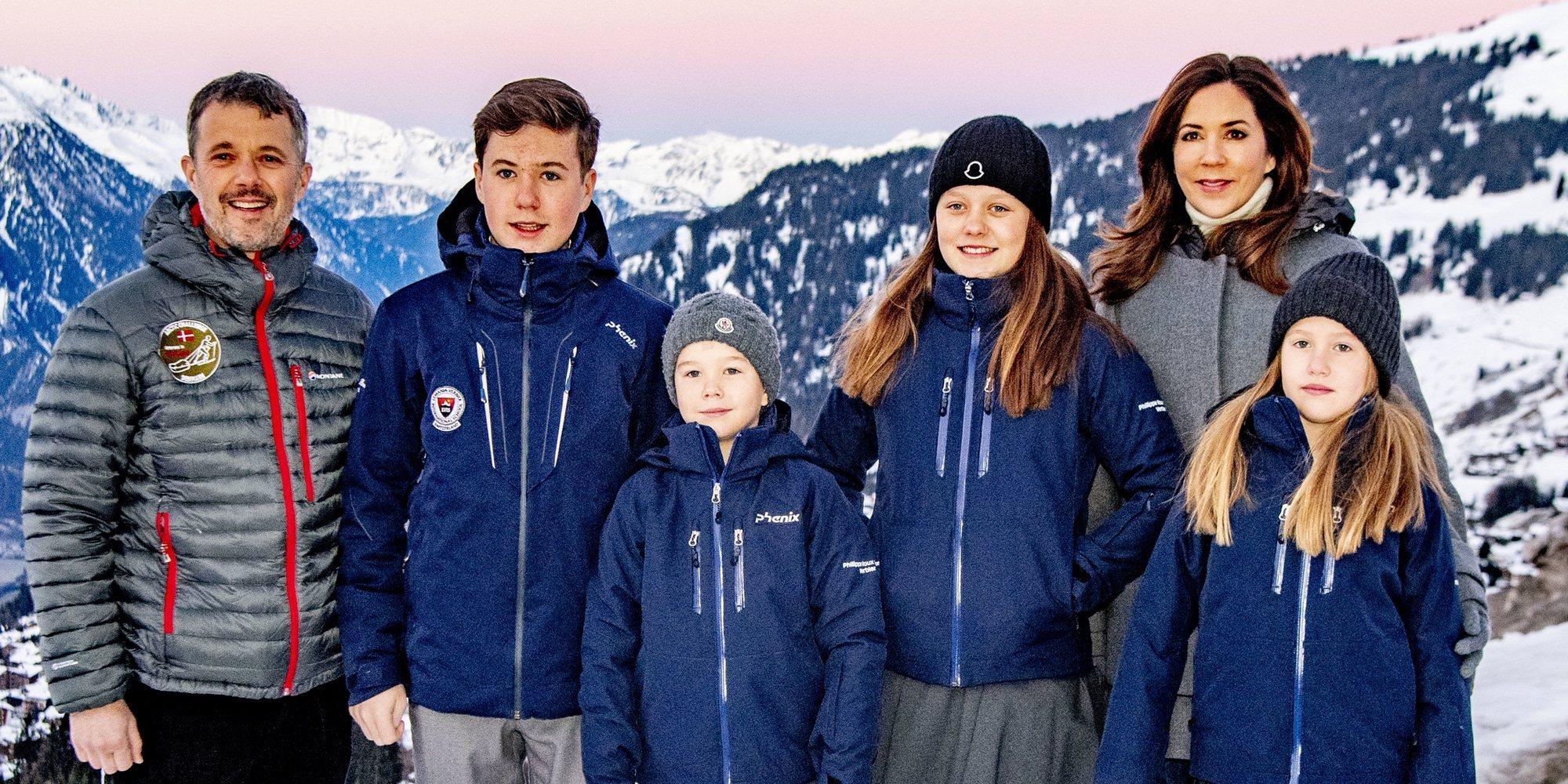Los Príncipes Federico y Mary de Dinamarca posan con sus cuatro hijos en su primer día de internado en Suiza