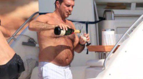 Joan Laporta se rodea de champán y de mujeres durante sus vacaciones en Formentera