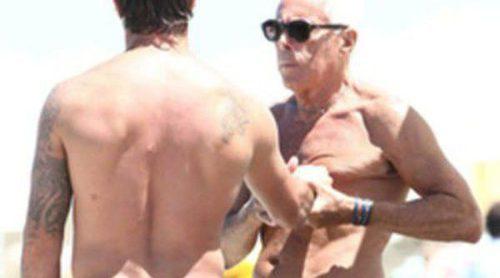 Armani disfruta de unas felices vacaciones en Formentera con un amigo