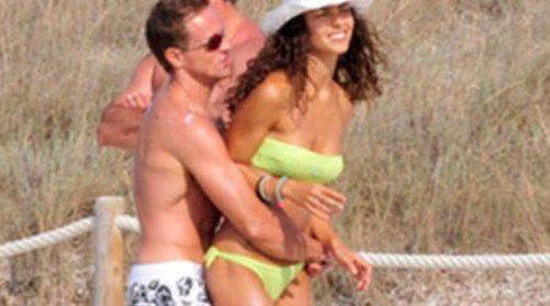 Sete Gibernau se divierte con su novia Laura Barriales en Formentera