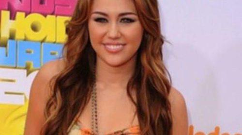 Miley Cyrus conquista a Ashton Kutcher y Angus T. Jones en la serie 'Dos Hombres y Medio'