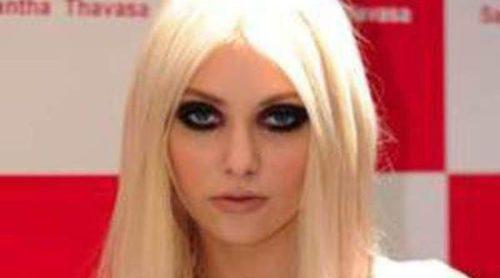 Taylor Monsen aparece desnuda en el nuevo vídeo de Amp Rock Tv en blanco y negro