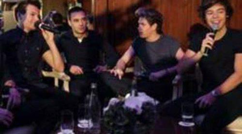 Louis Tomlinson se tatúa un stickman en su antebrazo derecho y Harry Styles pequeños objetos en su muñeca