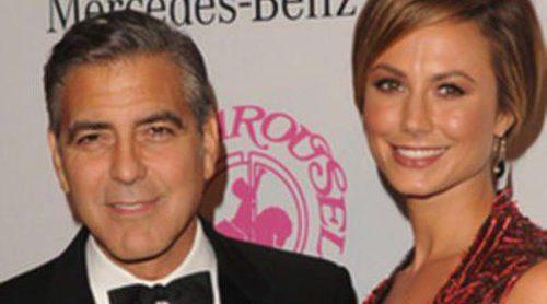 George Clooney, premiado por su labor humanitaria bajo la atenta mirada de su novia Stacy Keibler