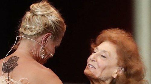 Belén Rueda entrega a Julia Gutiérrez Caba su Feroz 2020 de Honor tras haber trabajado juntas en 'Los Serrano'