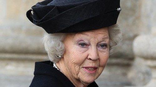 La Princesa Beatriz de Holanda arropa a los hijos de la Infanta Pilar en su funeral en El Escorial