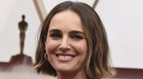 La capa bordada más reivindicativa y feminista de Natalie Portman para los Premios Oscar 2020