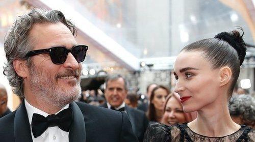 Joaquin Phoenix celebra con Rooney Mara el premio Oscar 2020 a Mejor actor por 'Joker'