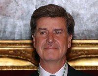 Cayetano Martínez de Irujo recoge su medalla de honor entre ausencias familiares y un 'maleficio'