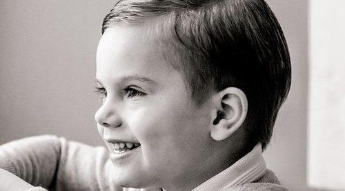 Oscar de Suecia rompe con su seriedad para celebrar sus 4 años