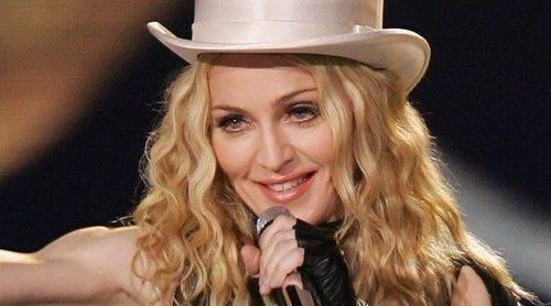 Madonna se cae en plena actuación y tiene que suspender su concierto en París