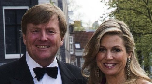 Los Reyes Guillermo y Máxima de Holanda se suman junto a sus hijas a los aplausos en homenaje a los sanitarios