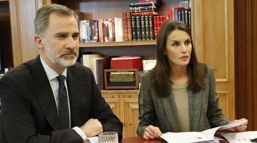 Los Reyes Felipe y Letizia se reúnen virtualmente con rostros conocidos: Fernando Alonso, Antonio Banderas...