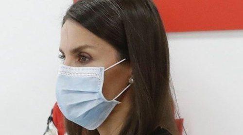 La Reina Letizia visita la sede de Cruz Roja y se convierte en una voluntaria más durante la crisis del coronavirus