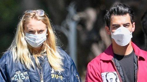 Sophie Turner no esconde su tripita de embarazada por primera vez durante un paseo con Joe Jonas