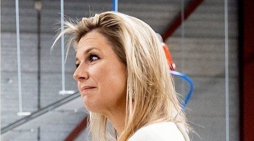 La Reina Máxima de Holanda visita una fábrica de mascarillas durante la crisis del coronavirus