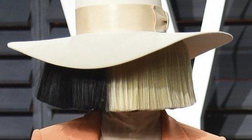 Sia revela que adoptó a dos adolescentes de 18 años en 2019