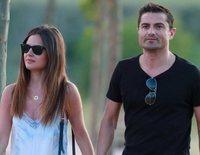 Alfonso Merlos y Alexia Rivas, dos tortolitos paseando de la mano demostrando su amor