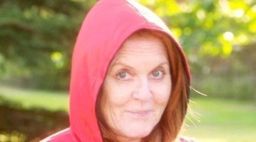 Sarah Ferguson se convierte en Caperucita Roja leyendo el clásico cuento infantil