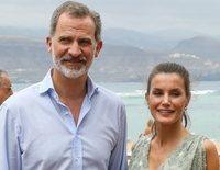 Los Reyes Felipe y Letizia, todo amor y sonrisas para poner al mal tiempo buena cara en su visita a Gran Canaria