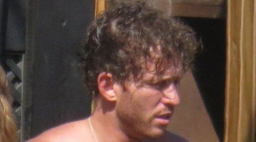 Gonzalo Montoya presume de torso desnudo y tatuajes durante unas vacaciones en Marbella