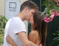 Aitana Ocaña y Miguel Bernardeau, todo besos y cariños en una terraza de Madrid