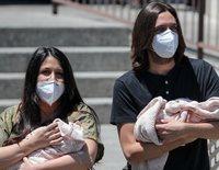Sara Verdasco y Juan Carmona salen del hospital con sus mellizas Valentina y Carmen