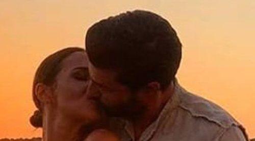 El apasionado beso de Paula Echevarría y Miguel Torres durante sus vacaciones en Menorca