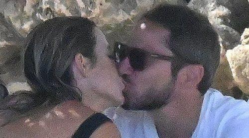 Amelia Bono y Manuel Martos, muy cómplices y cariñosos en sus vacaciones en Marbella