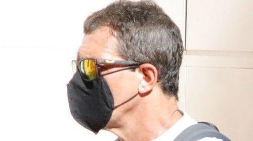 Antonio Banderas disfruta de un paseo en patinete por Málaga tras superar el coronavirus