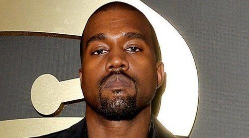 Kanye West publica 114 tuits con todos sus contratos discográficos y un vídeo orinando sobre un Grammy
