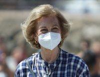La Reina Sofía vuelve a mostrar su lado más ecológico recogiendo residuos en la playa de Málaga