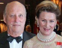 La vacunación de Harald y Sonia de Noruega y de Carlos Gustavo y Silvia de Suecia: controversia y una explicación
