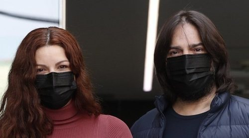 Joaquín Cortés y Mónica Moreno presentan a su hijo Andrea a la salida del hospital