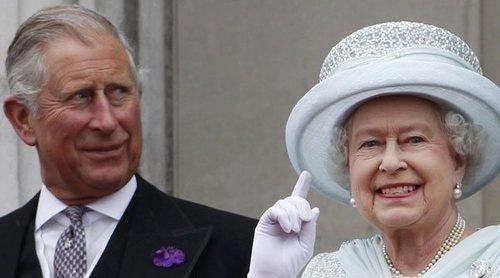 La Reina Isabel y el Príncipe Carlos respaldan al Príncipe Guillermo tras defender a la Familia Real Británica