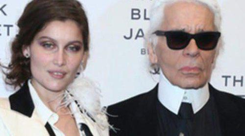 Alice Dellal, Laetitia Casta y Karl Lagerfeld rinden homenaje a la chaqueta negra de Chanel