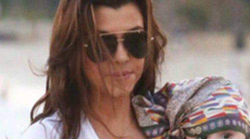 Kourtney Kardashian disfruta de su familia en la playa grabando 'Kourtney & Kim Take Miami'