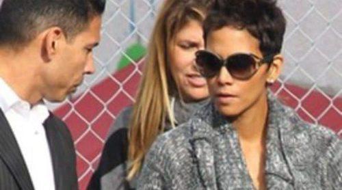 Halle Berry sale a la calle rodeada de personal de seguridad tras el enfrentamiento entre Olivier y Aubry