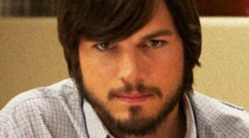 Ashton Kutcher muestra su parecido con Steve Jobs en la primera imagen oficial de 'jOBS'