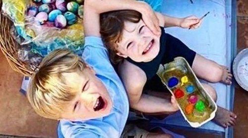 La divertida tarde de Alberto y Charlene de Mónaco pintando huevos de Pascua con los Príncipes Jacques y Gabriella