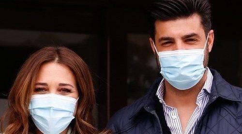 Paula Echevarría y Miguel Torres presentan a su hijo en su salida del hospital