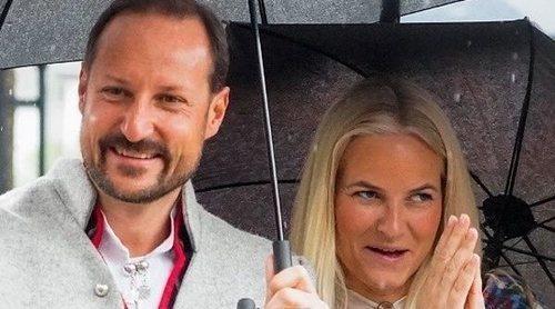 Haakon y Mette-Marit celebran el Día Nacional de Noruega con sus hijos, entre lluvia y con una inusual compañía