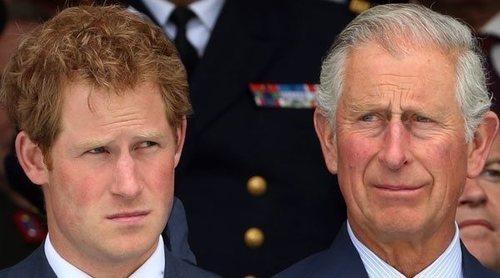 El dardo del Príncipe Harry al Príncipe Carlos: sufrimiento y reproches por su forma de educarle