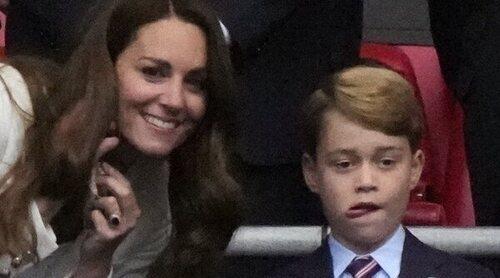 El Príncipe Jorge, muy triste junto a los Duques de Cambridge por la derrota de Inglaterra en la Eurocopa