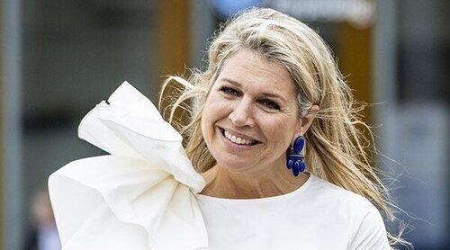 La Reina Máxima de Holanda sorprende subida a un tráiler ¡y lo conduce descalza!